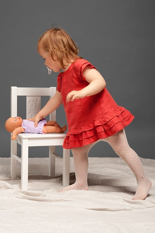 Red linen girls' dress with ruffles 2