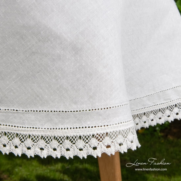 100% linen tablecloth in white, round.