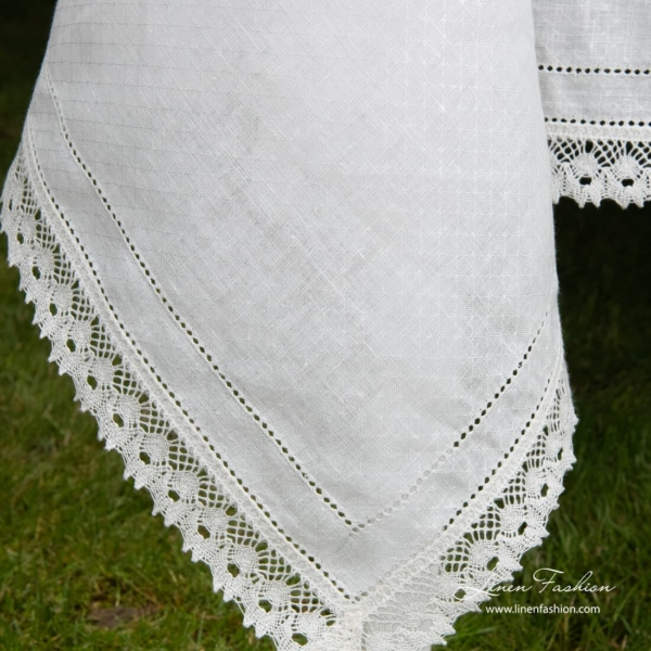 Nora white tablecloth of linen fabric.