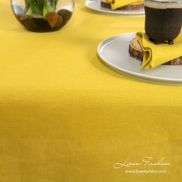 Yellow colored tablecloth, luna.