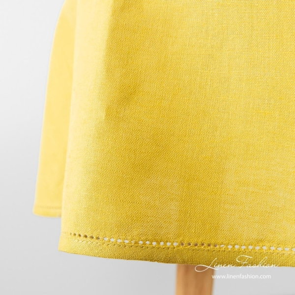 Oval tablecloth, luna, in yellow color.