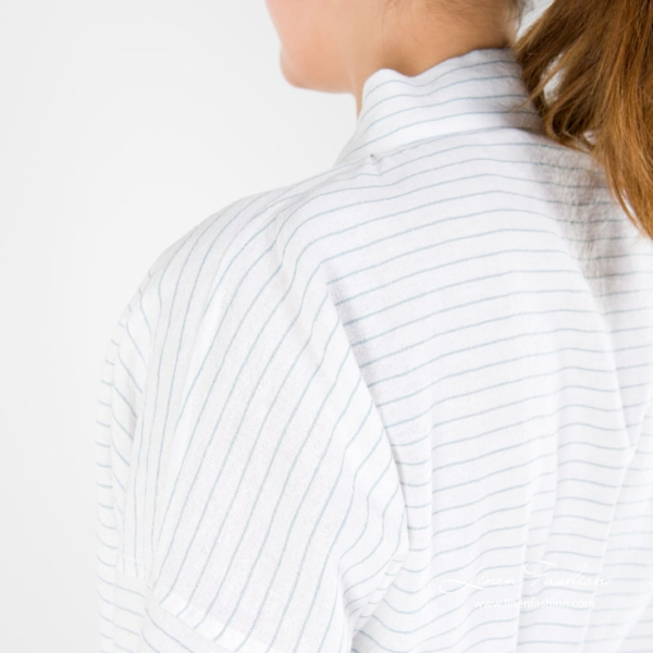 Womens bathrobe in linen in white color with stripes.