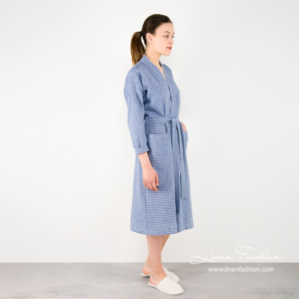 Bathrobe with stripes in blue for women.